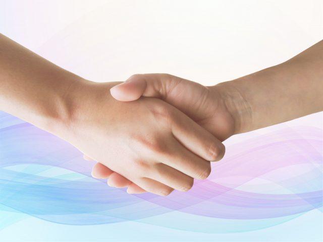 触ろうとする手をつなぐ|お触り・セクハラの対処法③
